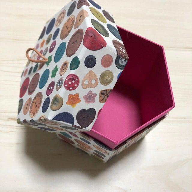 六角形の箱です。